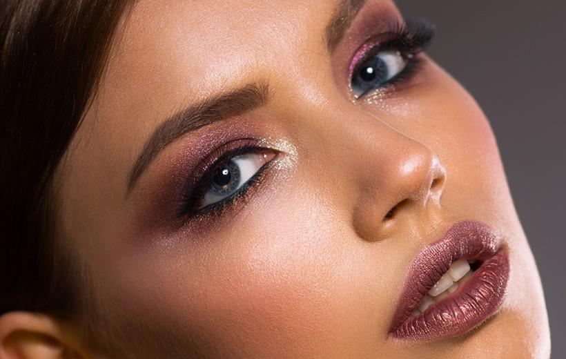 Woman-Makeup-Artist-01-820x520